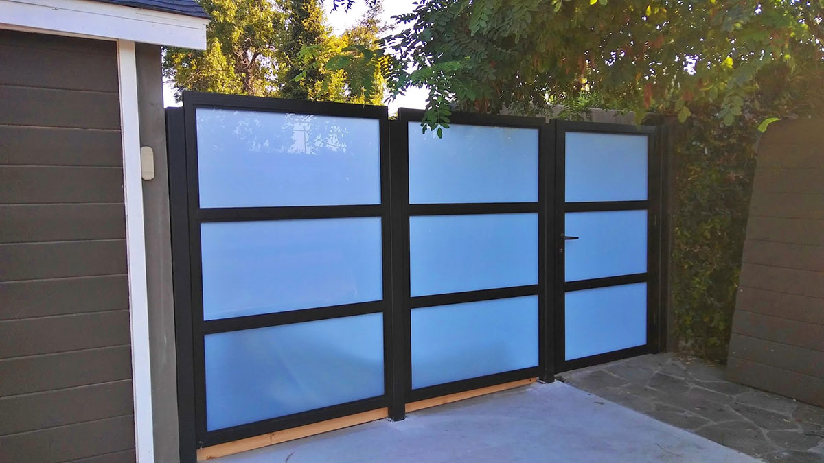 Glass and aluminum side entry gate