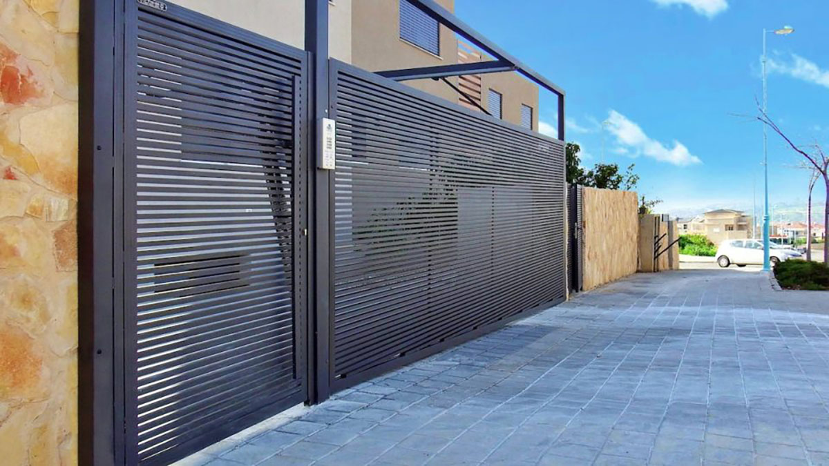 Hi-Tech aluminum driveway gate and entryway
