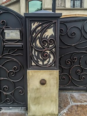 Iron pillar with swirled design