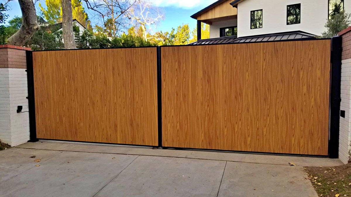 Woodlike aluminum driveway gate