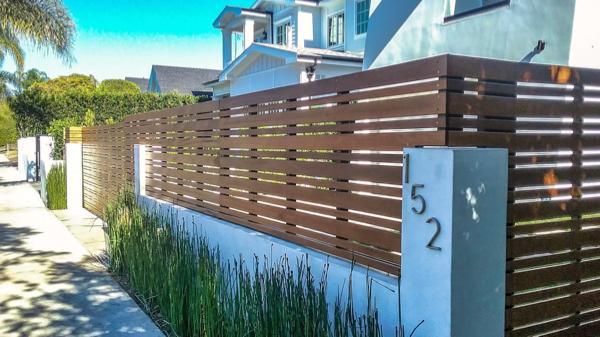 Woodlike aluminum fence